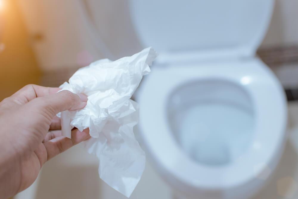 Jogar papel higiênico na lixeira do banheiro