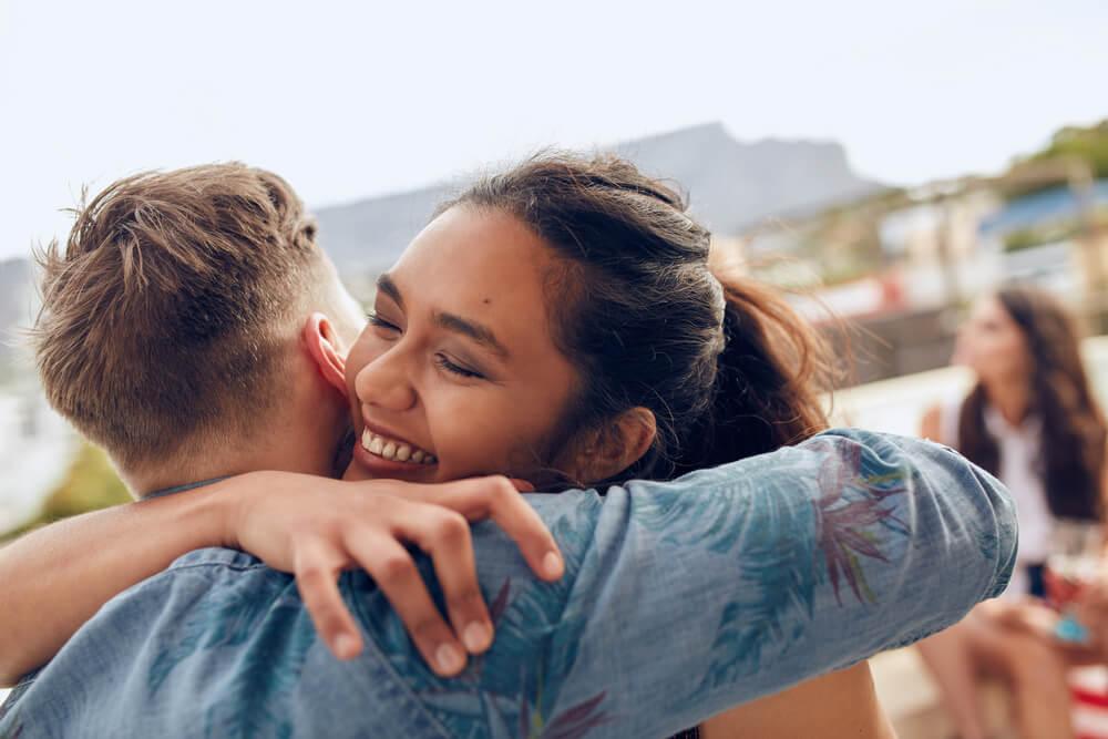 Cumprimentar e despedir-se com beijos e abraços