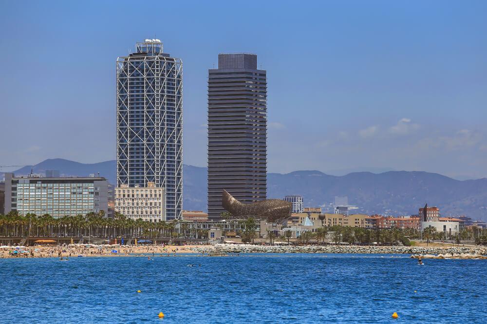 praia com oceano azul