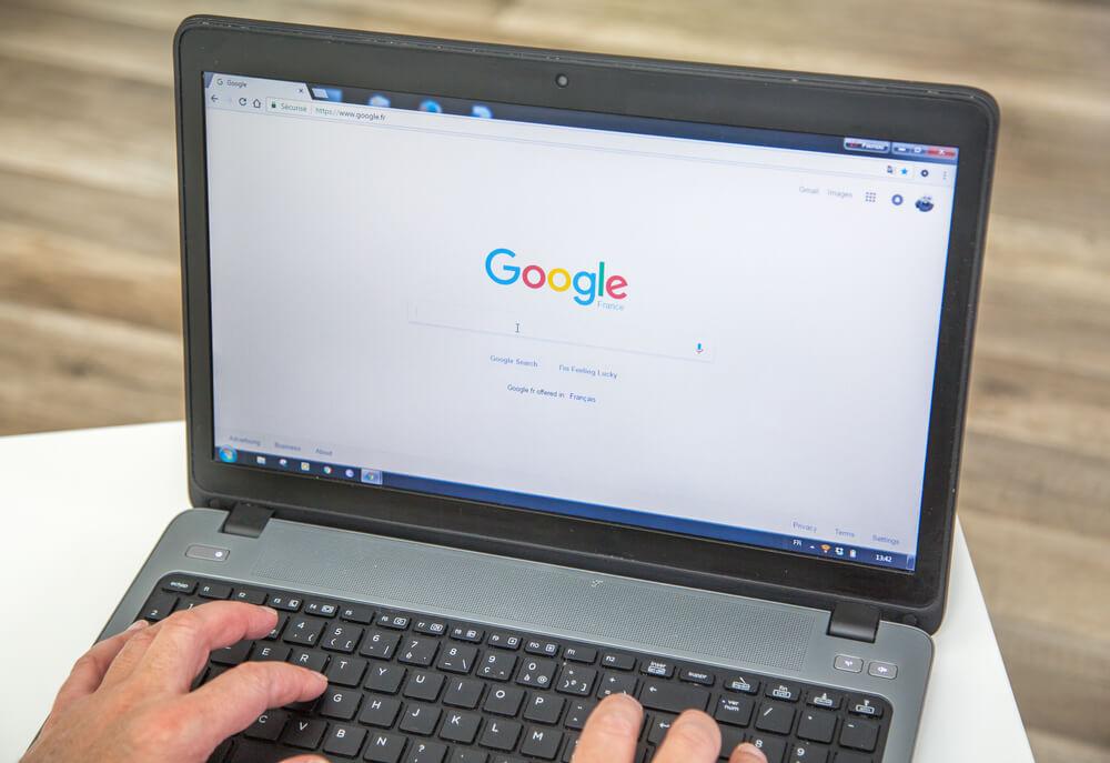 Computador com Google aberto em uma aba do Chrome
