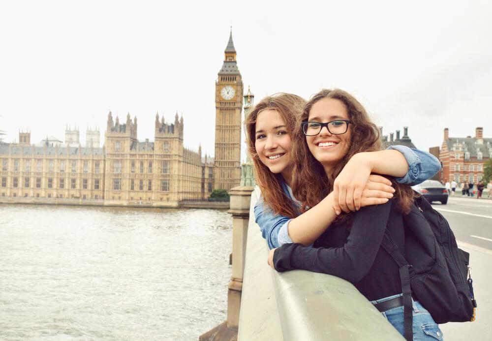 Amigas abraçadas em ponte em frente ao Big Ben em Londres