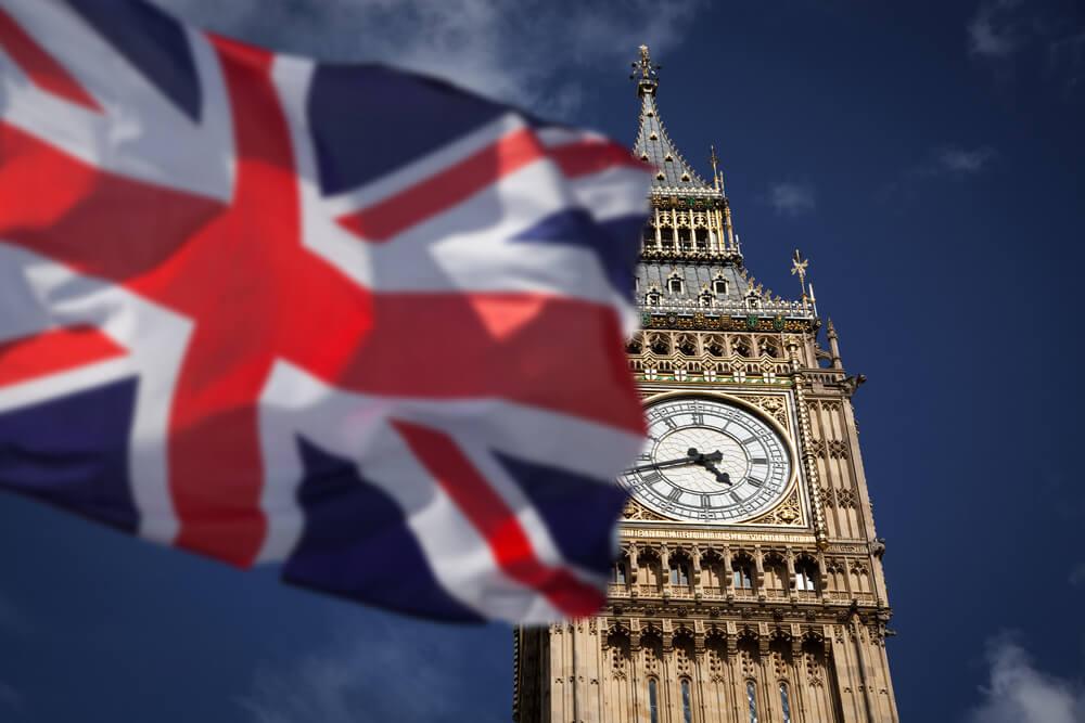 Bandeira do Reino Unido em frente ao Big Ben