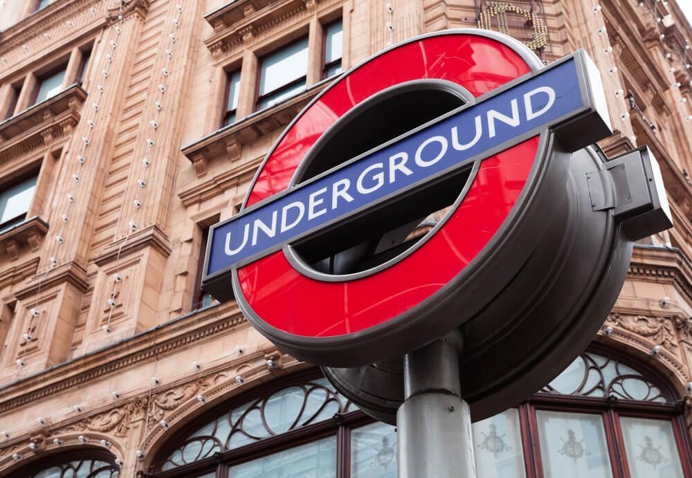 """Placa indicando o metrô com os dizeres """"underground"""""""
